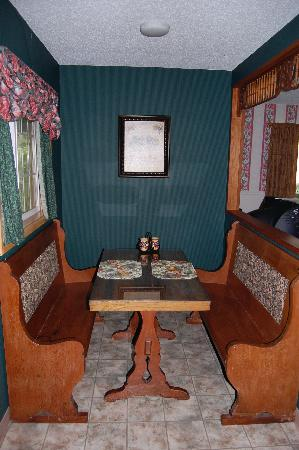 Sandlake Country Inn: The breakfast nook in our wonderful cottage