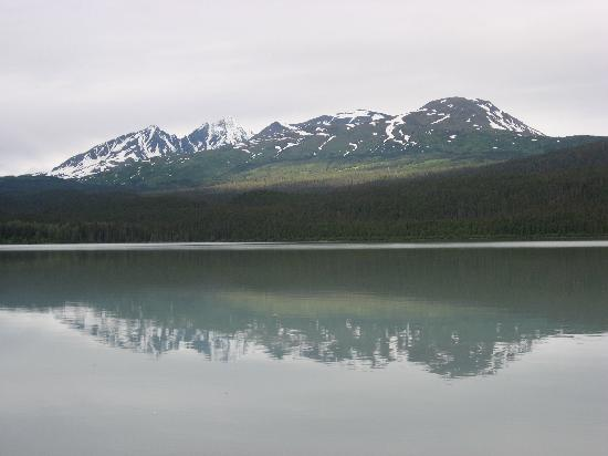 Kenai Lake Resort : The mountain view to the left on shore line
