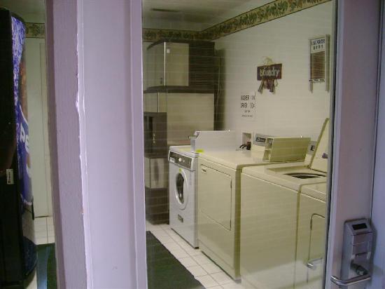 Americas Best Value Palmer Inn: VERY clean laundry area