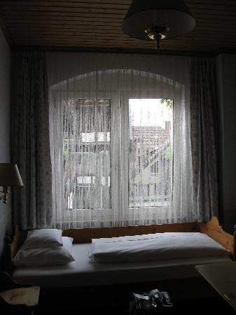 Hotel Am Josephsplatz: Le lit fait la largeur de la chambre