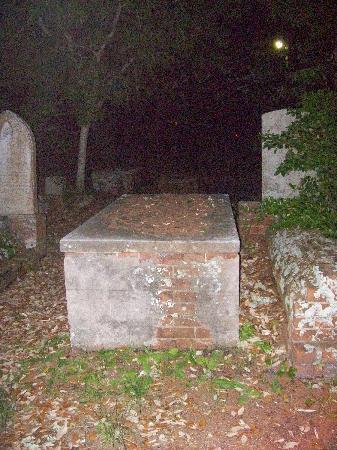 "Beaufort, North Carolina: ""Table top"" grave"