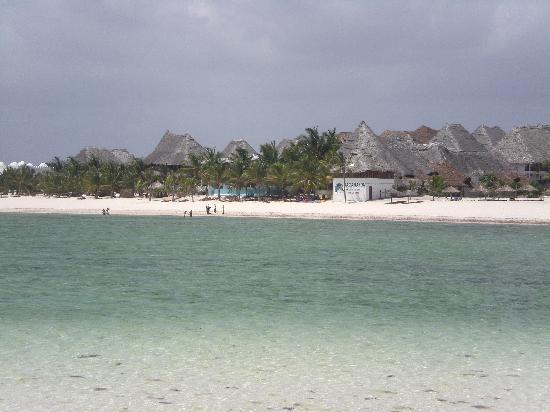 """Jacaranda Beach Resort: foto del resort scattata dall'atollo """"sardinia 2"""" che si crea davanti al resort qnd c'è bassa ma"""