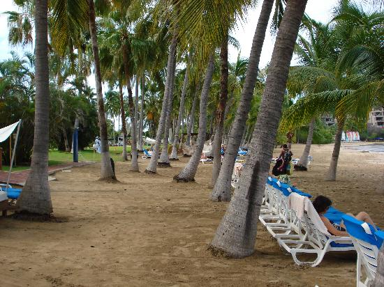 Club Med Ixtapa Pacific: View of beach to the left