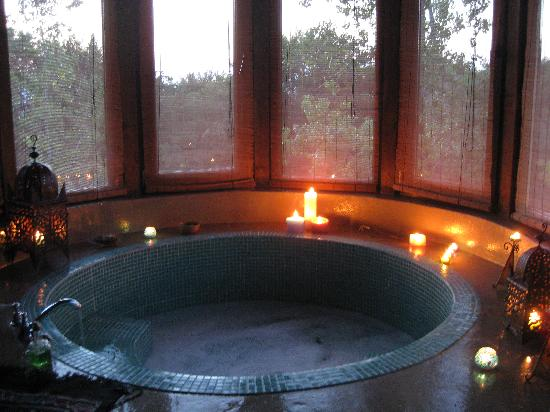 Chambers'n Charm Boutique Hotel: hot tub in the room
