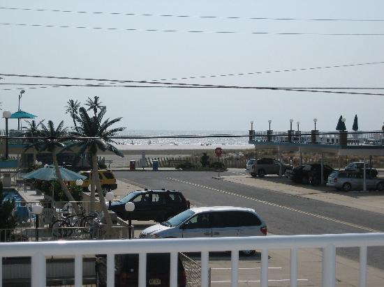 Shalimar Resort Motel: Looking toward the beach from big balcony.