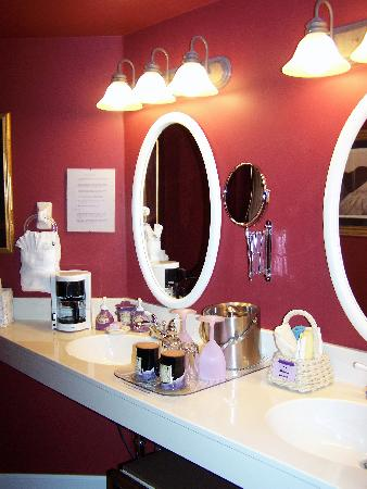 Old Town Guesthouse B&B: Spacious double sink area- Victorian Rose