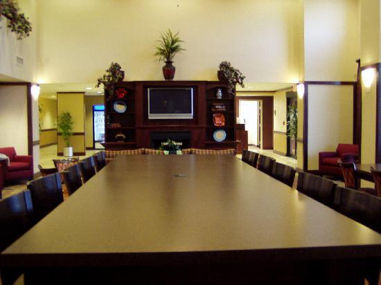 Hampton Inn & Suites Muncie: lounge