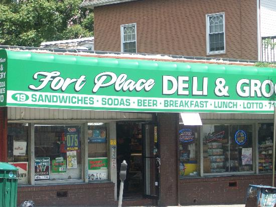 Fort Place Bed & Breakfast: Deli across the street for buying OJ