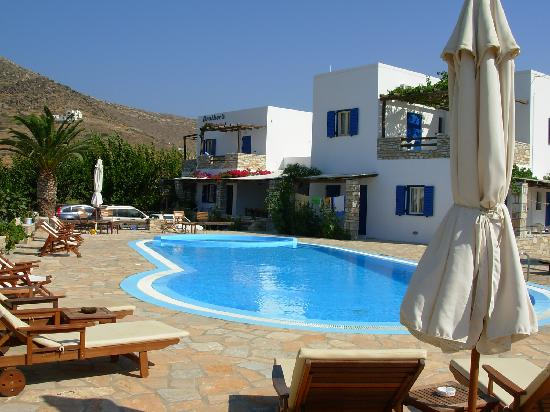Brothers Hotel : pool and hotel