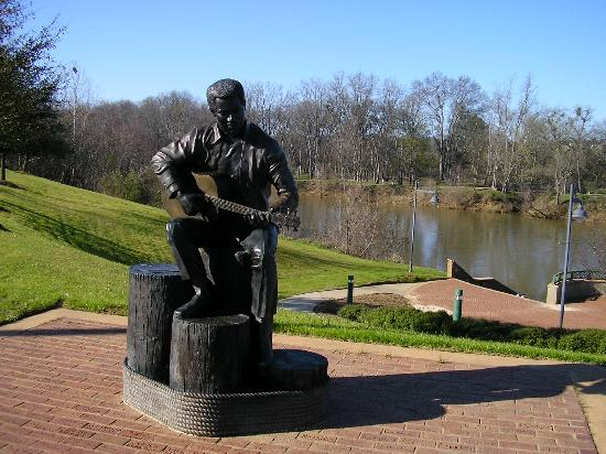 Macon, Georgien: The Otis Redding statue at Gateway Park by the Ocmulgee River.