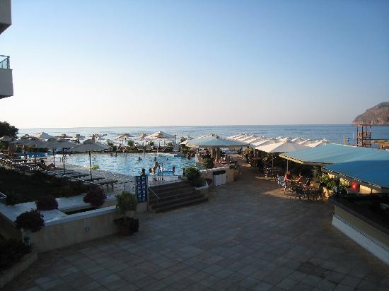 Agia Marina, Greece: Piscine vue de l'hôtel