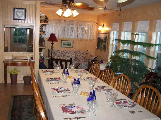 Quigley Cottage Bed & Breakfast: Breakfast room ready for guests