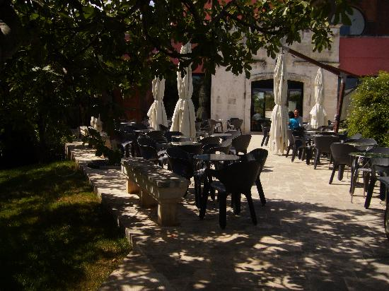 Grand Hotel Masseria Santa Lucia: drinks area - parasols closed because of the wind