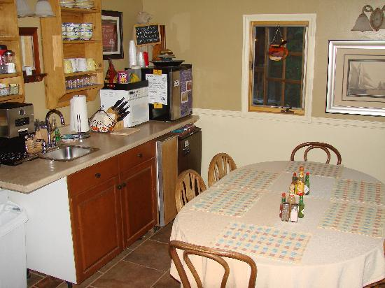 Canyons Bed and Breakfast: Eating Area