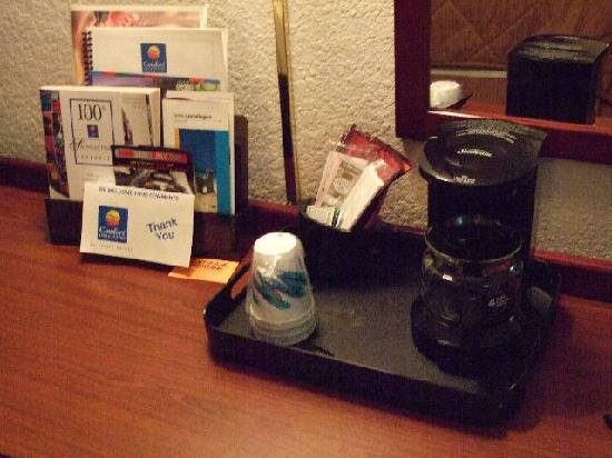 Comfort Inn & Suites Dayton: Coffee on the Desk - Where is the tea?