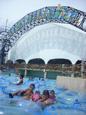 Schlitterbahn Galveston Island Waterpark: The primary wave pool lagoon.