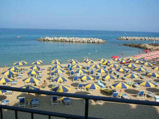 Hotel Sonia: Beach from hotel window