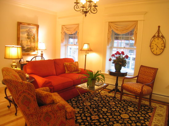 Belfast Bay Inn: Comfortable Living Area