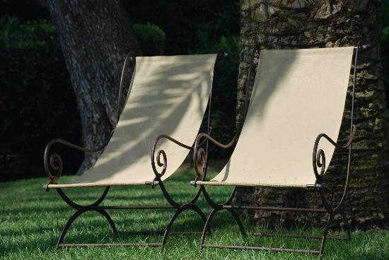 La Villa Mauresque: Deux chaises longues sous un palmier