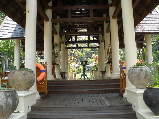 Lana Thai Villa: Pooleingang