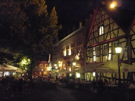 avendi Hotel Bad Honnef: Market square at night
