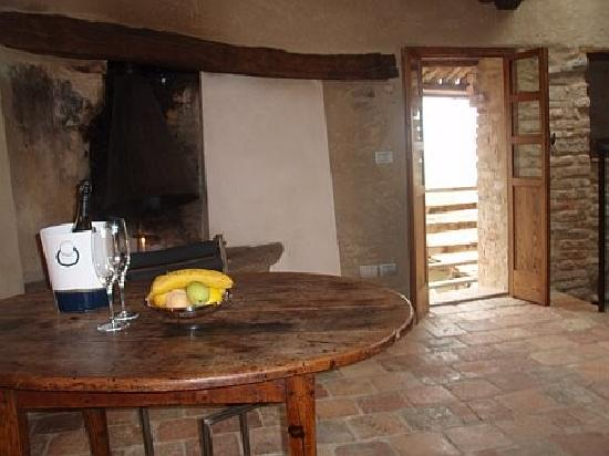 Le Case della Saracca: Room with fireplace and balcony