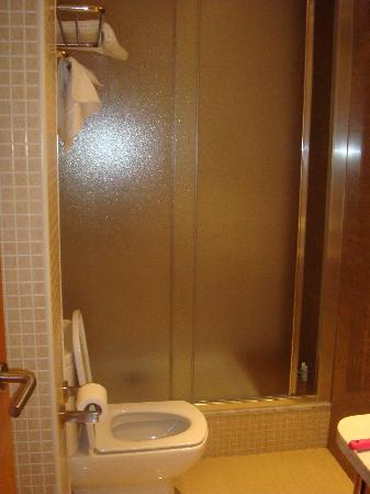 Atlas Hotel: Bathroom Shower