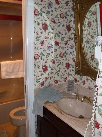 DW's Oceanside Inn: Gilman Marston bathroom