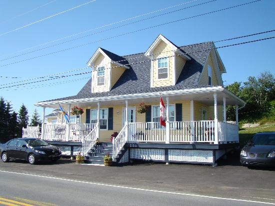 West Dover Harbour View Cottages & Guestrooms: front/side view