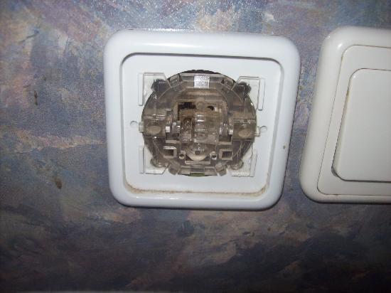 Litera Altinel Hotel: open light switch on headboard