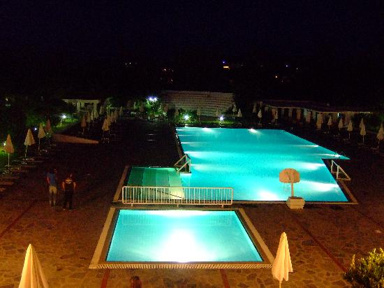 Platanista Hotel: Night picture of main pool