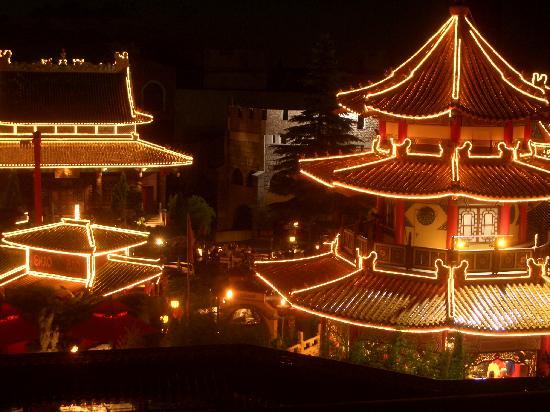 Freizeitpark Phantasialand: Aussicht aus Zimmer 317 auf Phantasialand-Park bei Nacht