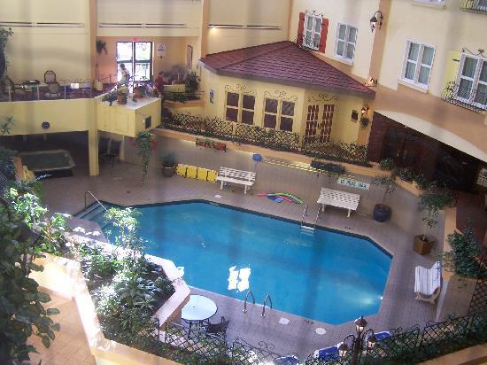 Piscine de l 39 h tel avec vue sur le mont de ski picture for Hotel avec piscine interieur montreal