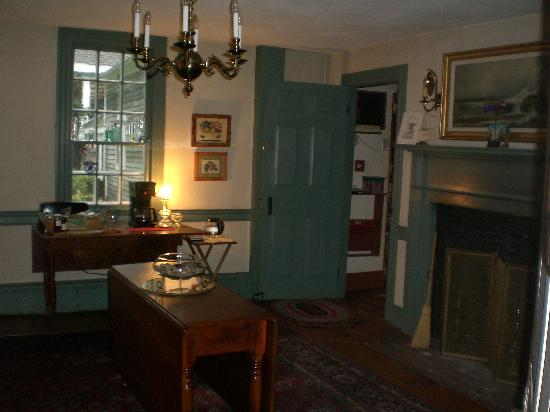 Quaker Tavern B&B - Inn: Parlor