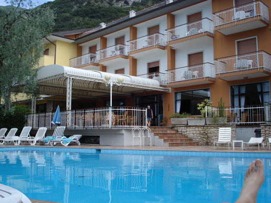 Hotel Alpi: The pool by day