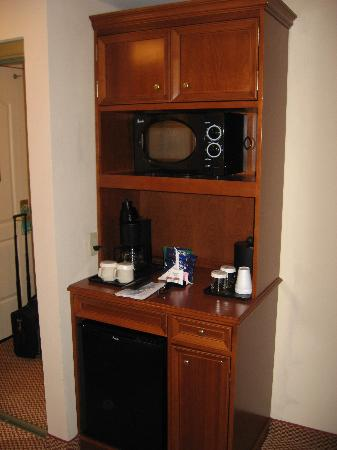 Hilton Garden Inn Newport News : Nicrowave and Refrigerator