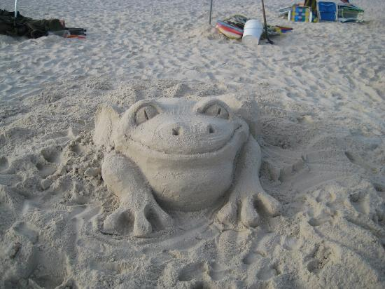 ‪‪Gulf Shores Plantation‬: Cute frog someone made in the sand‬