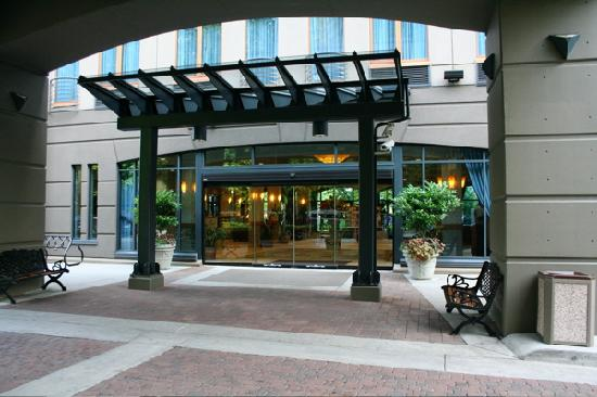 Holiday Inn Hotel & Suites North Vancouver: View of the front entrance