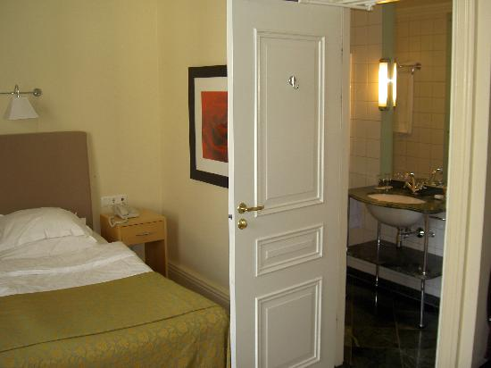 Elite Hotel Knaust: Deluxe room -Bathroom door