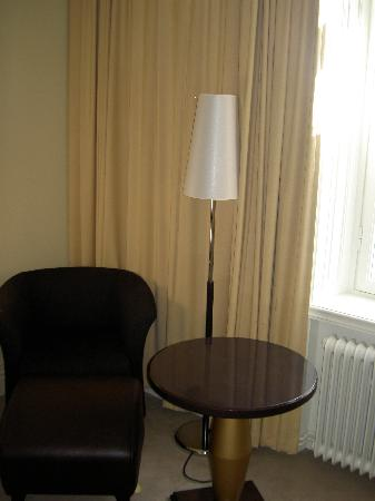 Elite Hotel Knaust: Deluxe room - Chair and Lamp