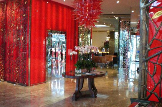 Emporium Hotel: Emporium lobby, looking towards the cocktail bar