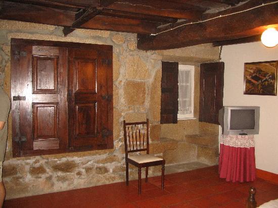 Quinta De Santa Comba: Room, note the stone seats by the window.