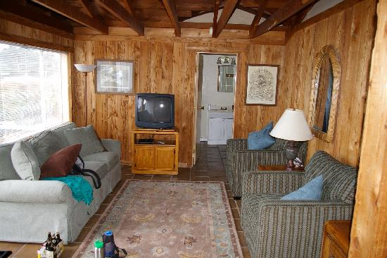 Bodega Harbor Inn: Living room