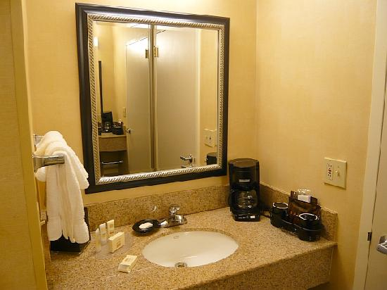 Courtyard Fresno : Sink, Mirror and Coffee Machine