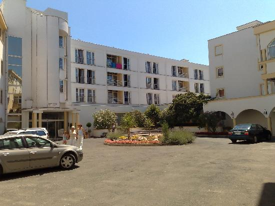 Malinska, Croacia: Car park and courtyard