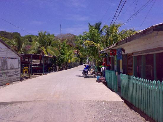 Nightland Cabins at JadeSeahorse: Utila street