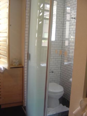 This is the room from the entrance the bathroom is on the for Bathroom e pod mara