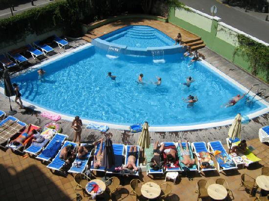 Hotel Acapulco Lloret de Mar: Piscina vista desde la Habitación