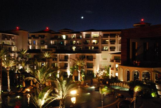 Cabo Azul Resort: It is also beautiful at night with all the fire tourches
