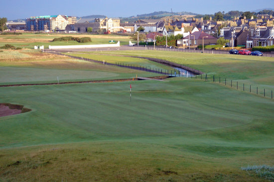 Карнусти, UK: #18 at Carnoustie as seen from the Ben Hogan suite
